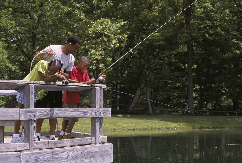 1024px-family_fishing_from_a_bridge_at_a_local_pond